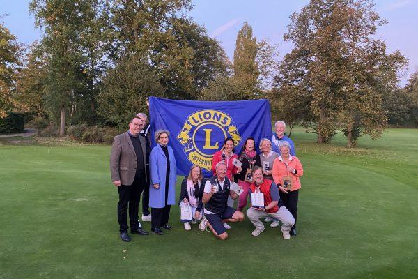Die glücklichen Sieger zeigen Flagge für die LIONS